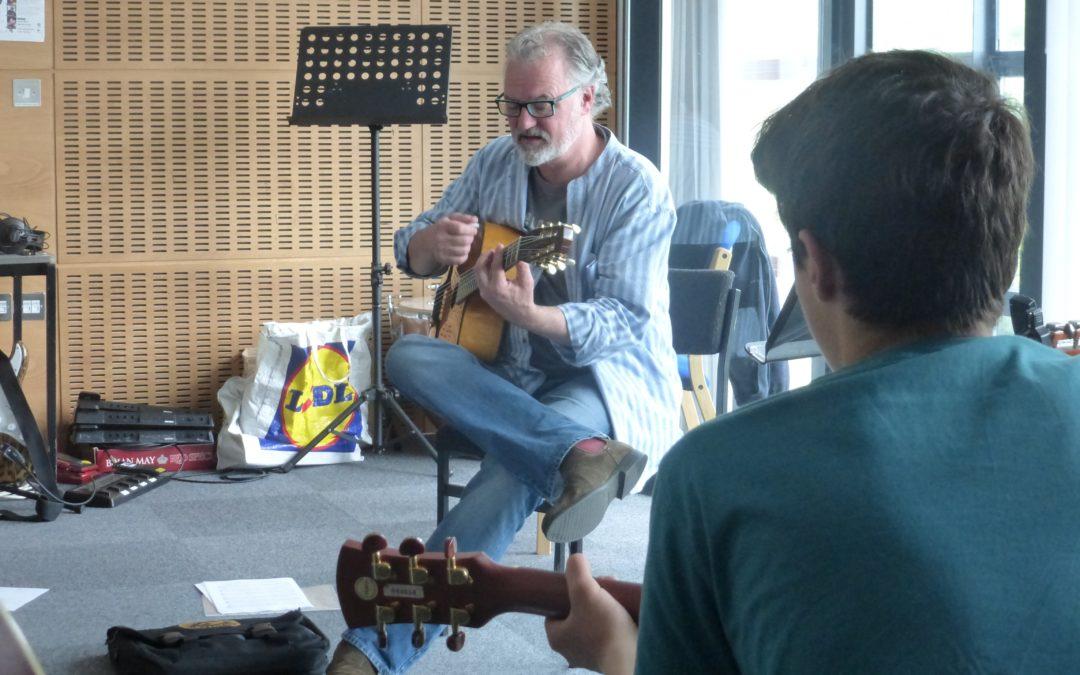 Guitars@Galeri Yn Denu Gitarwyr i Gaernarfon