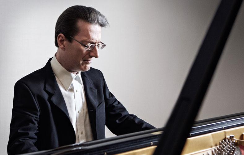 Y meistr piano Llŷr Williams yn un o'r prif berfformwyr mewn gŵyl arbennig